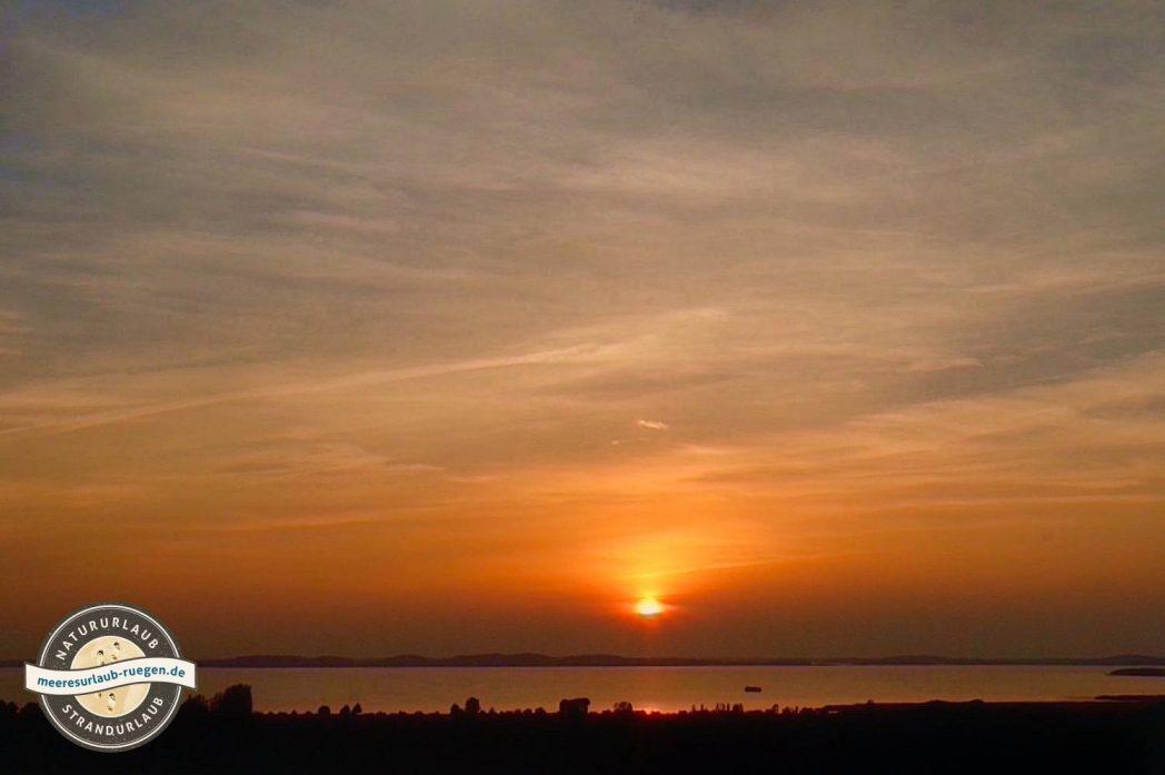 Die Aussicht vom Tempelberg Bobbin mit Blick auf den Bodden und den Sonnenuntergang