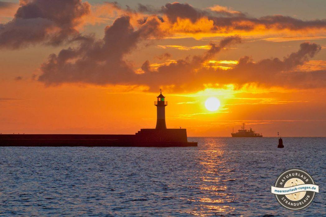 Der Sassnitzer Leuchtturm im Sonnenaufgang