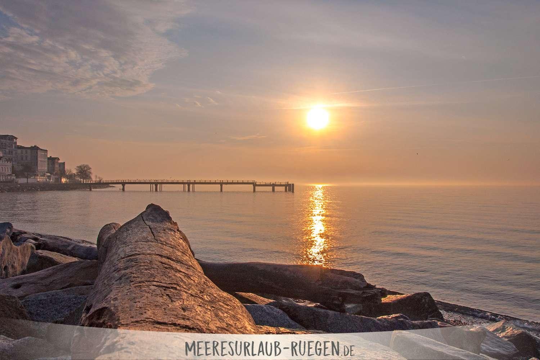 Traditionell scheint die Sonne im MV am längsten. Und Rügen sticht da noch einmal hervor und beschert seinen Gästen alljährlich ein überaus sonniges Rügen. Warum das so ist? Das liest Du hier!